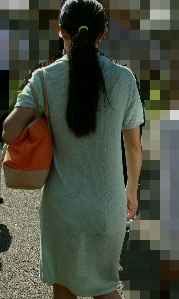 【着衣透けエロ画像】ふと街中で見かけた女の子、透けてるじゃねーか!?ってやつw 16