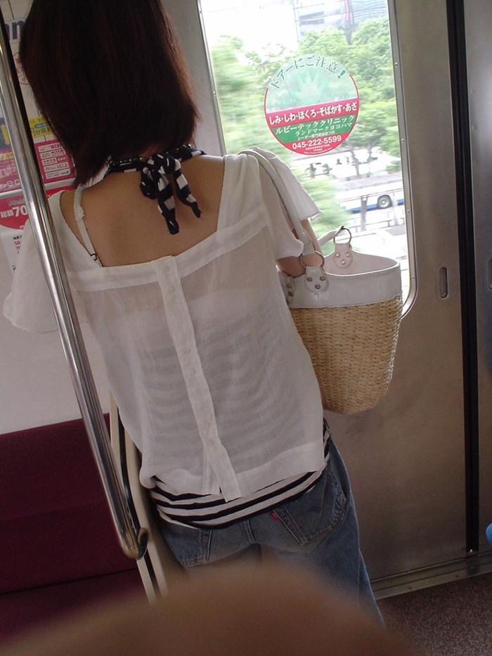 【着衣透けエロ画像】ふと街中で見かけた女の子、透けてるじゃねーか!?ってやつw 20