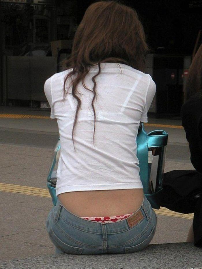 【着衣透けエロ画像】ふと街中で見かけた女の子、透けてるじゃねーか!?ってやつw 21