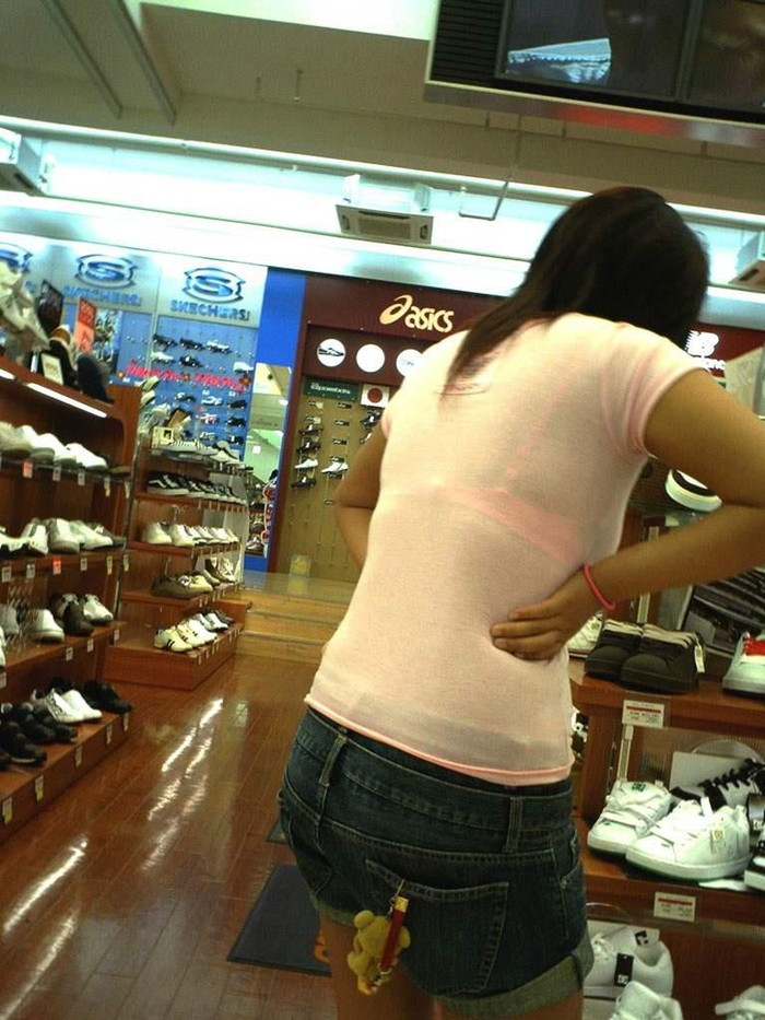 【着衣透けエロ画像】ふと街中で見かけた女の子、透けてるじゃねーか!?ってやつw 22