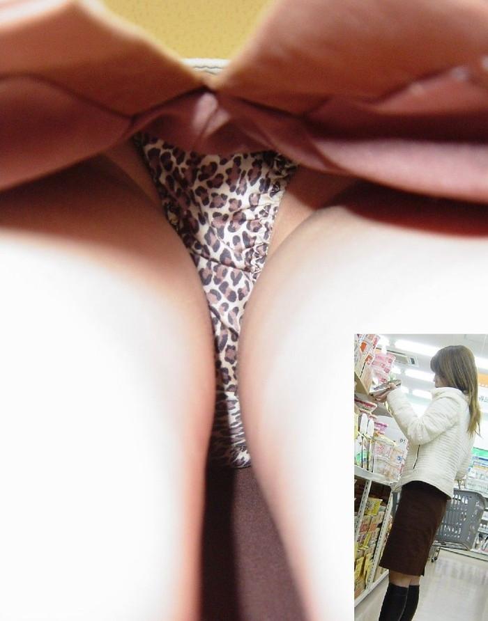【パンチラ逆さ撮りエロ画像】パンチラ不可避の角度から狙われた素人娘たち! 18