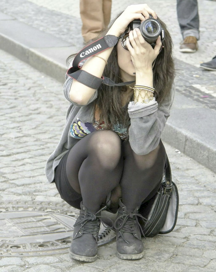 【パンチラエロ画像】街中でこんなパンチラに出会えたらそれだけでラッキー! 03