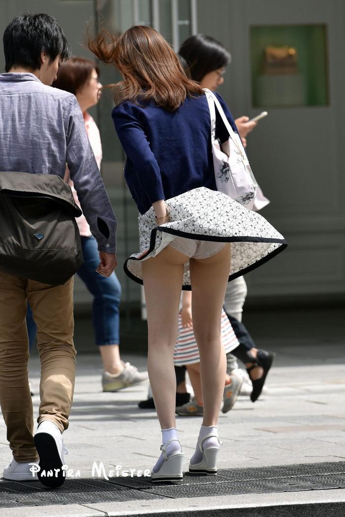 【パンチラエロ画像】まさに神風!?風に舞い上がったスカートから覗くパンティー! 02