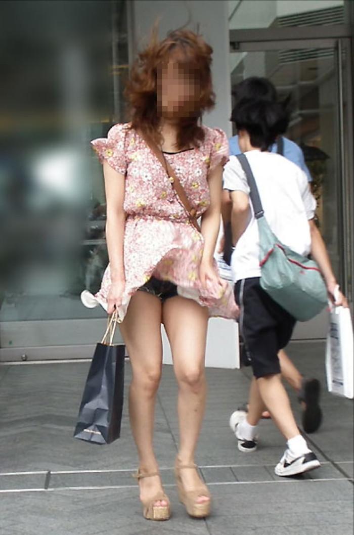 【パンチラエロ画像】まさに神風!?風に舞い上がったスカートから覗くパンティー! 04