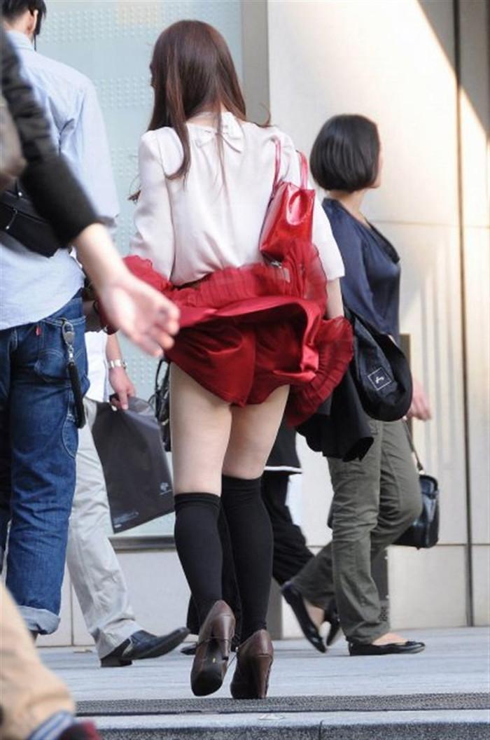 【パンチラエロ画像】まさに神風!?風に舞い上がったスカートから覗くパンティー! 08