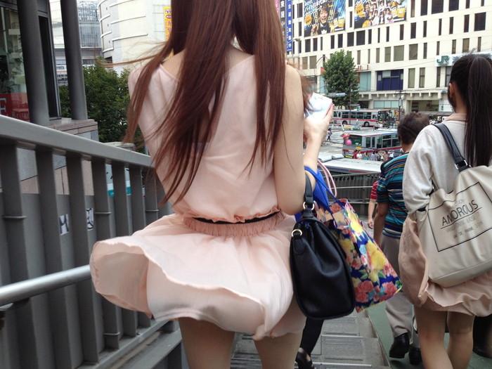 【パンチラエロ画像】まさに神風!?風に舞い上がったスカートから覗くパンティー! 09