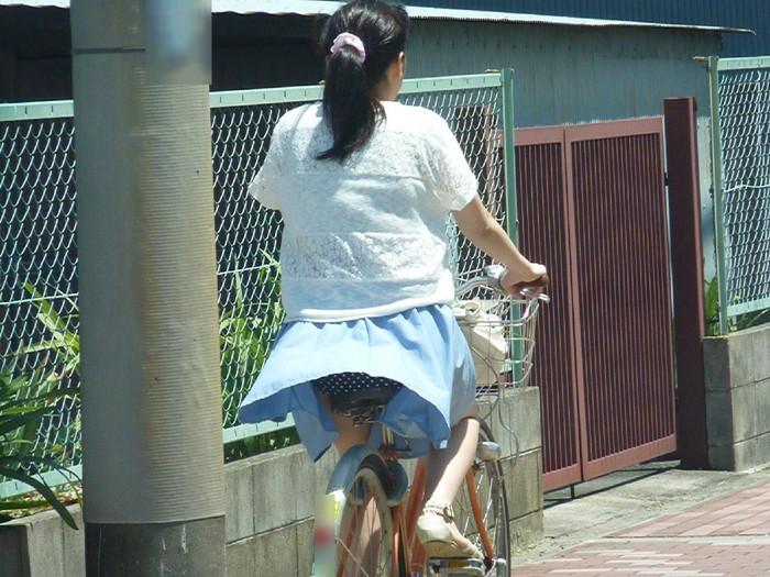 【パンチラエロ画像】まさに神風!?風に舞い上がったスカートから覗くパンティー! 12