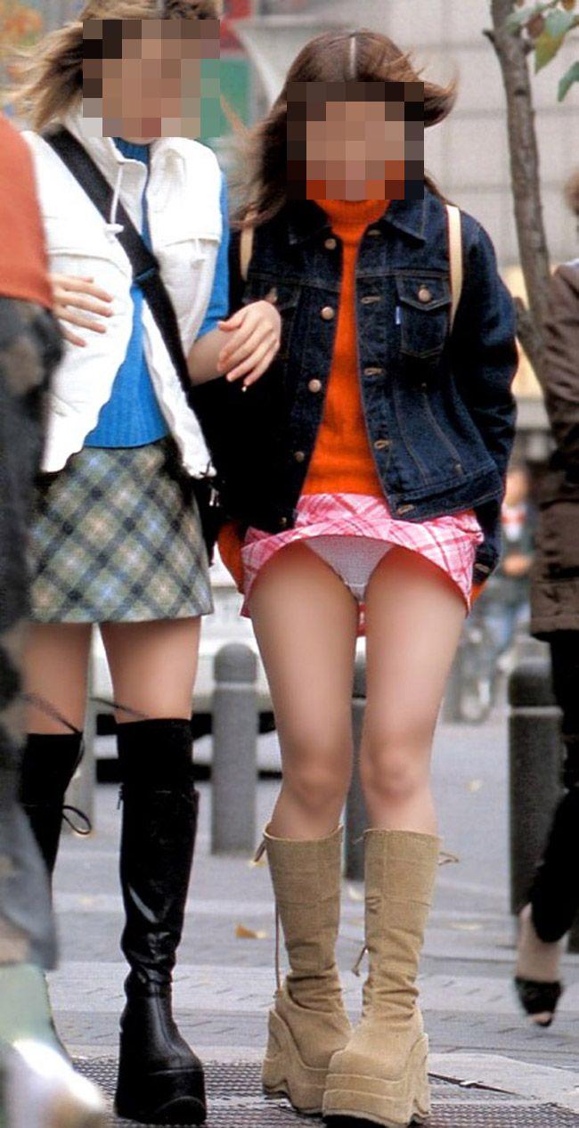 【パンチラエロ画像】まさに神風!?風に舞い上がったスカートから覗くパンティー! 14