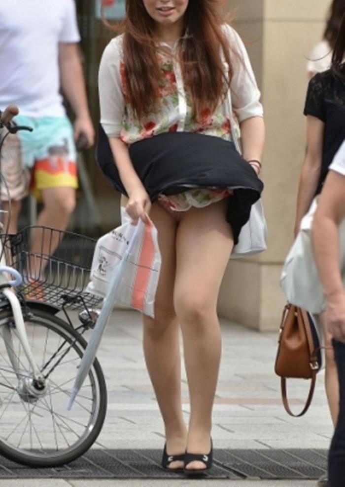 【パンチラエロ画像】まさに神風!?風に舞い上がったスカートから覗くパンティー! 17