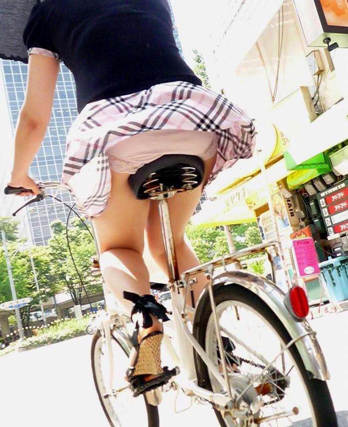 【パンチラエロ画像】まさに神風!?風に舞い上がったスカートから覗くパンティー! 19