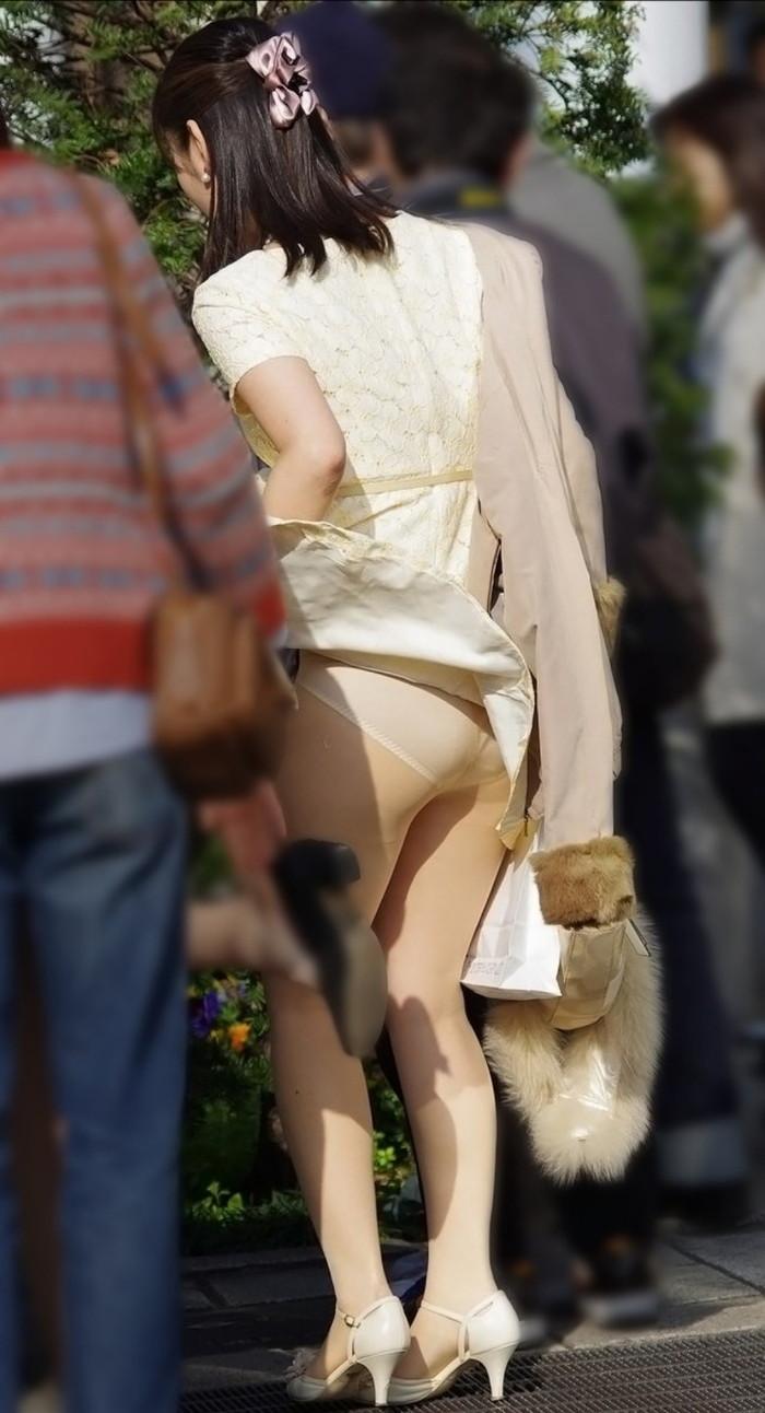 【パンチラエロ画像】まさに神風!?風に舞い上がったスカートから覗くパンティー! 20