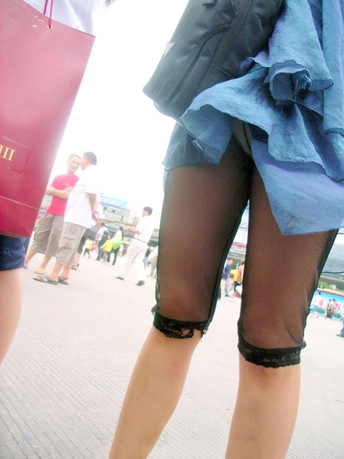 【パンチラエロ画像】まさに神風!?風に舞い上がったスカートから覗くパンティー! 21