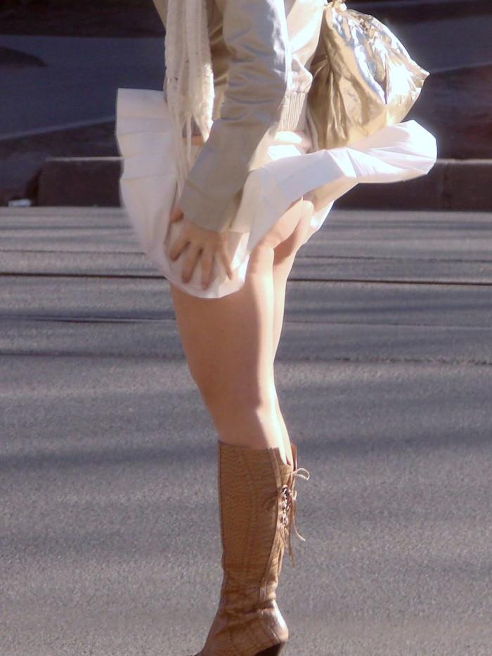 【パンチラエロ画像】まさに神風!?風に舞い上がったスカートから覗くパンティー! 24