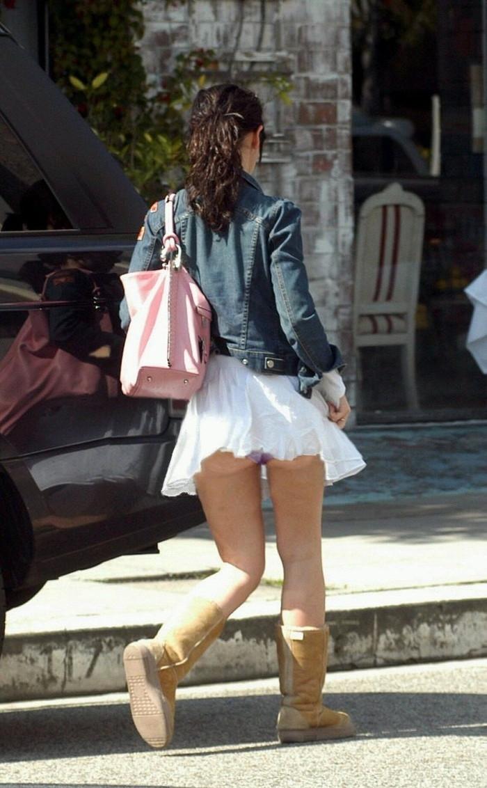 【パンチラエロ画像】まさに神風!?風に舞い上がったスカートから覗くパンティー! 25