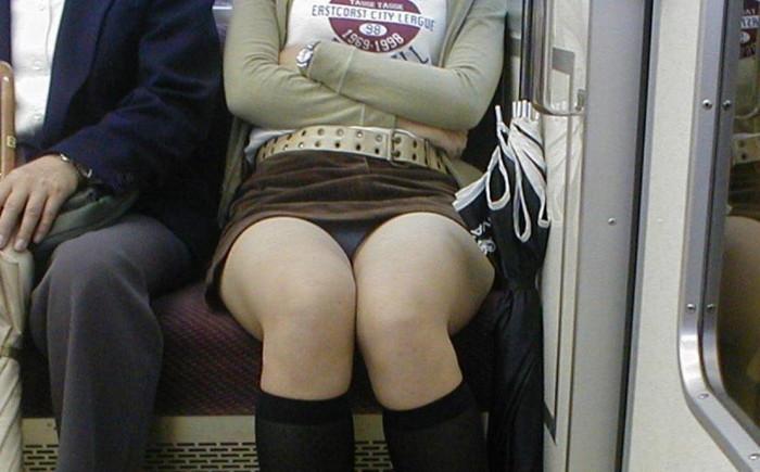 【電車内パンチラエロ画像】電車の対面の女の子が油断してパンチラしてるじゃないか!?